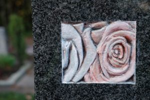 Grabmal mit Rosenornament