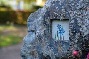 Grabmal: kleine Malerei hinter Glas