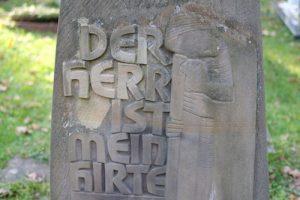 Grabmal: Steinmetzrelief von Bildhauer Thum